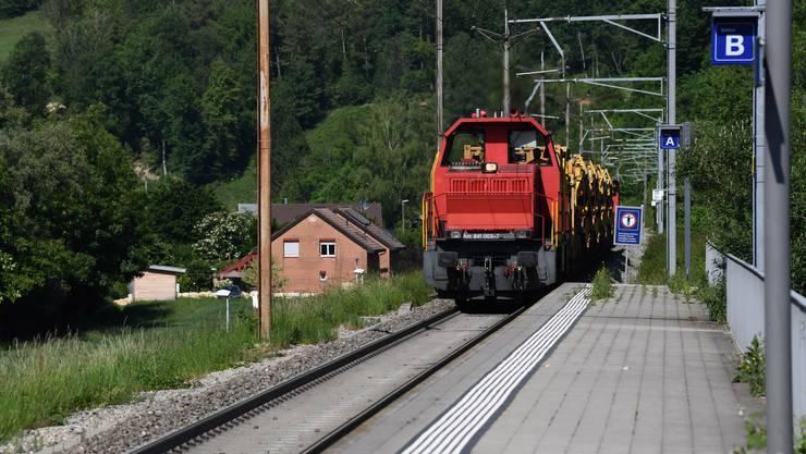 Diese Passage ist bald zweispurig- Ein Güterzug fährt durch den Bahnhof Duggingen.