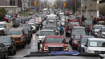 Proteste wie dieser in Lansing in Michigan gab es diese Woche in verschiedenen Städten der USA. Mit den Autos zu den jeweiligen Regierungsgebäuden fahren, Stau Flaggen schwenken, hupen – so demonstrieren US-Bürger.