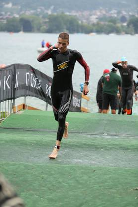 Der Wolfwiler Timo Bernhard kommt am Ironman in Zürich nach 3,8 geschwommenen Kilometern aus dem Wasser.