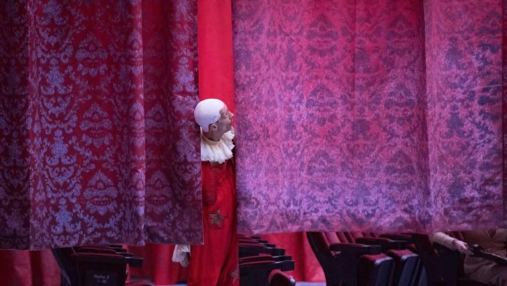 Der Blick (hier von Merlin aus der Dreispartenproduktion «König Arthur») ist nach oben gerichtet: Das Theater Basel konnte in der Spielzeit 2018/2019 die Zuschauerzahlen erneut steigern.
