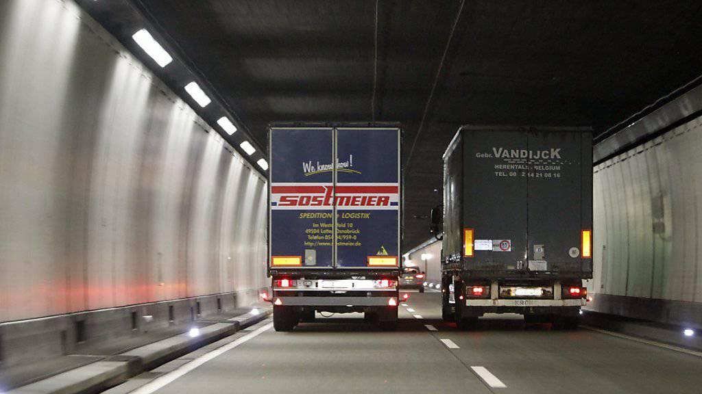 Ein Kurzschluss in einem Technikraum im Seelisbergtunnel hat am Samstag zu einem Verkehrschaos auf der A2 geführt. (Archivbild)