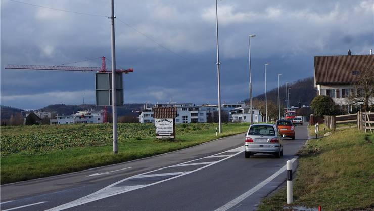 Die Landstrasse zwischen Lugibachstrasse (vorne) und Otelfingerstrasse/Kreuzkapelle soll um eine Busspur erweitert werden. DM