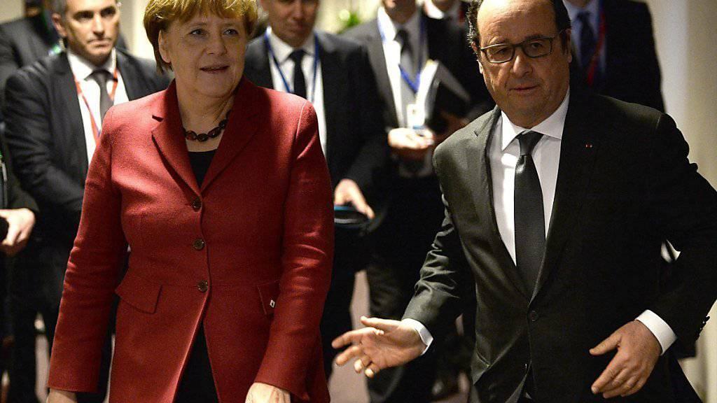 Die deutsche Kanzlerin Angela Merkel (links) mit dem französischen Präsidenten François Hollande: Merkel zeigte sich vor Gipfelbeginn «vorsichtig optimistisch», dass sich die 28-EU-Staaten im Abkommen mit der Türkei einigen können.