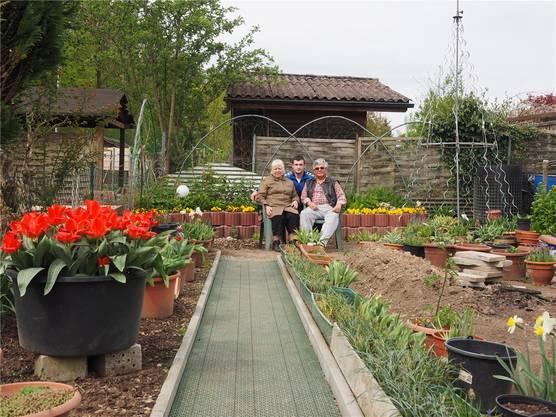 «Wir sind fast täglich noch eine Stunde in unserem Garten»: Ida und Mirko Budimir, 63 und 61, beide im Pflegebereich tätig, seit letztem Jahr auf Neuland. Hilfe bekommen sie oft von ihrem Neffen, Marko Banjac.
