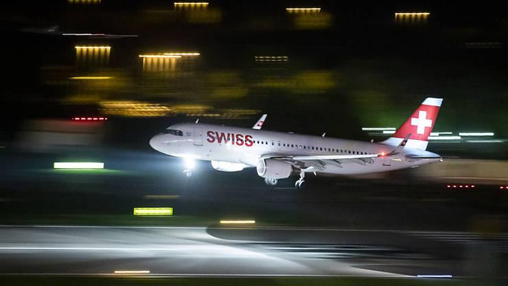 Ein Swiss-Airbus aus Berlin war im Landeanflug auf die Piste 14, als plötzlich eine Drohne auftauchte. (Symbolbild/Archiv)