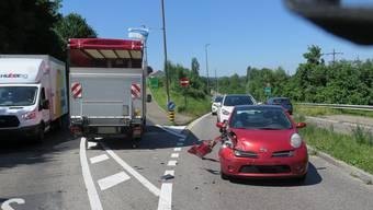 Rechts der beschädigte Personenwagen.