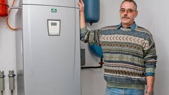 Florian Schneller mit seiner Wärmepumpe – er löste den Sinneswandel bei der Aargauischen Gebäudeversicherung aus.Emanuel FreudigeR/Archiv
