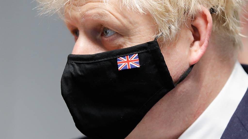 Boris Johnson, Premierminister von Großbritannien, trägt bei einem Besuch der Severn Trent Academy. Johnson kündigte am Montag deutliche Lockerungen der Kontaktbeschränkungen in England an. Foto: Phil Noble/PA Wire/dpa