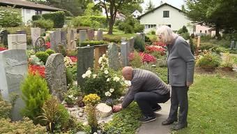 Auf dem Friedhof in Widen muss Klara Fisler die Grabplatte ihres verstorbenen Ehemanns wegräumen. Das, weil kein Kreuz bei der Grabplatte steht.