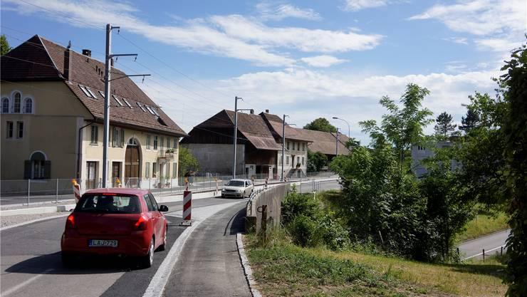 Spezialität auf der Baselstrasse eingangs Flumenthal: Auf der Brücke kann nur ein Auto verkehren.