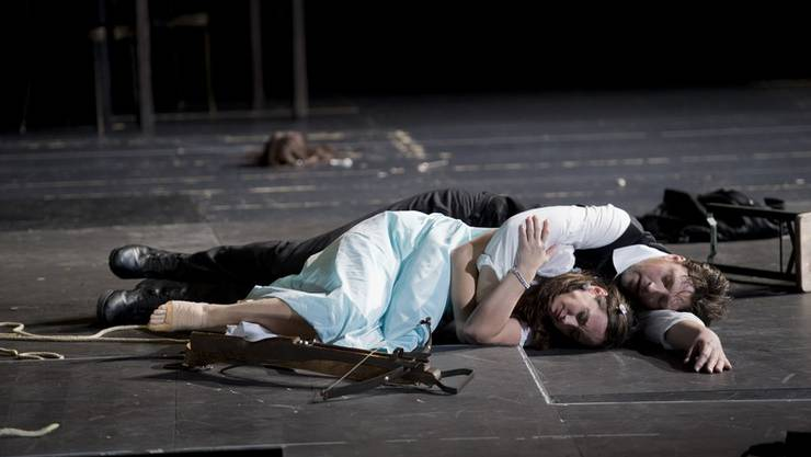 Apollo (Marco Jentzsch) verführt Daphne (Agneta Eichenholz). Monika Rittershaus/Theater Basel