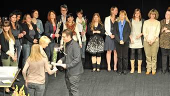 Die glücklichen Bachelors auf der Bühne des Stadttheaters; vorne Michael Kupferschmid (Olten) bei der DiplomübergabeBruno Kissling