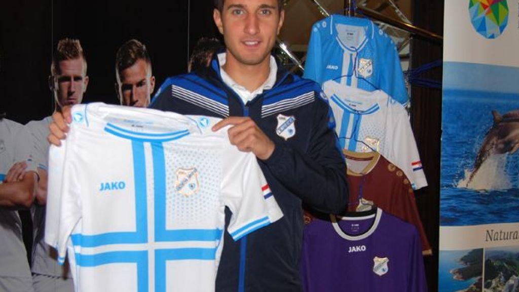 Mario Gavranovic mit dem Trikot seines neuen Vereins HNK Rijeka