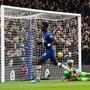 Chelseas Stürmer Tammy Abraham hat Palace-Goalie Guaita zum 1:0 bezwungen und zieht im Triumph davon
