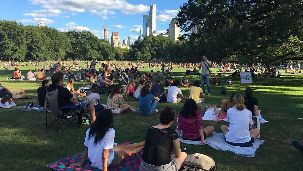 Zahlreiche Menschen haben sich im Central Park eingefunden, um eine vom Club «Stand Up NY» organisierte Veranstaltung anzusehen.