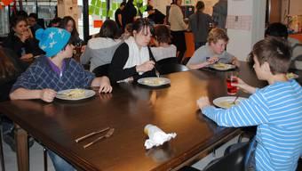 Der Mittagstreff Oberstufe im «Falken» wird täglich überrannt. nbo