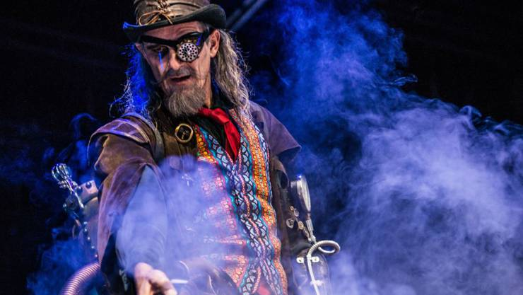 """Matthias Neukirch spielt Captain Hook in Ingo Berks Inszenierung """"Peter Pan"""" am Schauspielhaus Zürich. Das Stück hatte am 11. November 2017 seine Deutschsprachige Erstaufführung."""