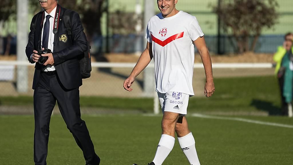 Emmanuel Macron (r), Präsident von Frankreich, bei seiner Ankunft zu einem Benefiz-Fußballspiel. Im Pariser Vorort Poissy kickt der Präsident mit dem Varietes Club de France bei einem Benefizspiel. Foto: Michel Euler/AP/dpa
