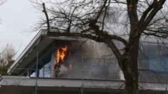 Eine Patrouille der Kantonspolizei St. Gallen entdeckte am Samstagmorgen Rauch und Feuer, das aus der Fassade eines Restaurants in Altenrhein drang.