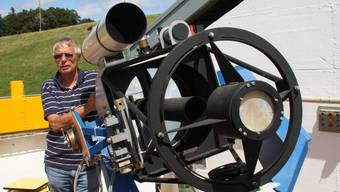 Hugo Jost vor dem geöffneten Cassegrain-Teleskop. Lfh