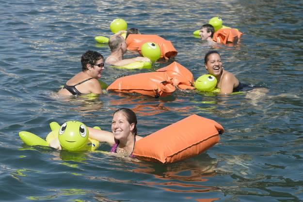 Denn die Schiffe, welche die Kleider transportieren, müssen die Schwimmer kreuzen.