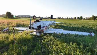 Der Pilot und ein Insasse wurden beim Unfall leicht verletzt.