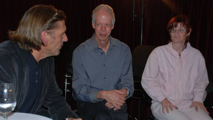 Von links: Lohmatt-Leiter Daniel Flueler mit den Bewohnern Kurt Bolliger und Patricia Brunner. (Bild Martin Mullis)