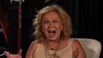 """Die Schauspielerin Roseanne Barr in ihrem selbstproduzierten Video, in dem sie zu erklären versucht, warum sie die Afroamerikanerin Valerie Jarrett als Kreuzung zwischen Muslimbrüderschaft und Planet der Affen bezeichnete. Hauptgrund: """"Ich dachte, die Schlampe sei weiss, verdammt!"""" (Screenshot)"""