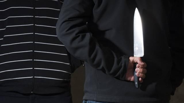 Einer der Männer bedrohte den 63-Jährigen mit einem Küchenmesser. (Symbolbild)