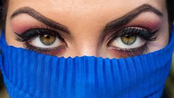 Selbst wenn das halbe Gesicht durch die Maske bedeckt wird, kann man es mit dem richtigen Make-Up zum Leuchten bringen.