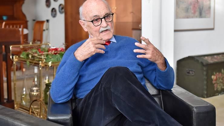 Hans-Rudolf Lutz in seiner Stube in Lostorf. Die Fragen zur Stromversorgung der Schweiz beschäftigen ihn seit über sechzig Jahren.