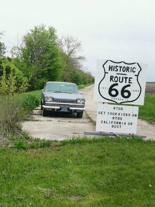 Start der Route 66 mit einem Oldtimer daneben.