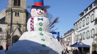 Im bayerischen Bischofsgrün haben Freiwillige einen Riesenschneeman gebaut.