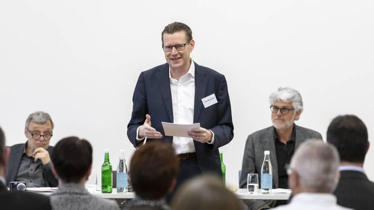 Präsident Josef Wiederkehr führte zügig durch die Generalversammlung des Industrie- und Handelsvereins Dietikon (IHV). Links im Bild IHV-Sekretär Edi Cincera, rechts Vorstandsmitglied Markus Ehrat.