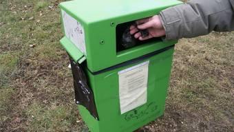 Hundekot wird in Robidog-Behältern entsorgt. (Symbolbild)