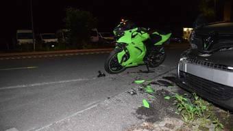 Ein Töfffahrer und sein Mitfahrer verletzen sich bei einem Selbstunfall.