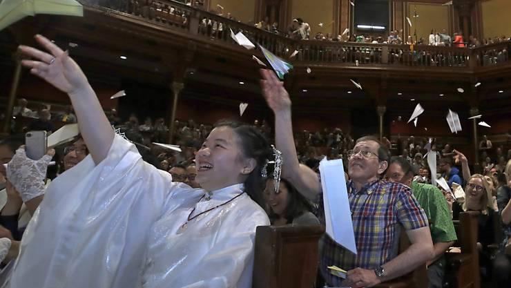 Das Publikum wirft Papierflugzeuge: Die Gala zur Verleihung der Ig-Nobelpreisen in Cambridge war gewohnt klamaukig-schrill.