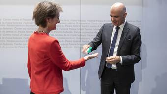Hände desinfizieren: Bundespräsidentin Sommaruga und Gesundheitsminister Berset machen es vor. Und die Schweizerinnen und Schweizer folgen ihnen.