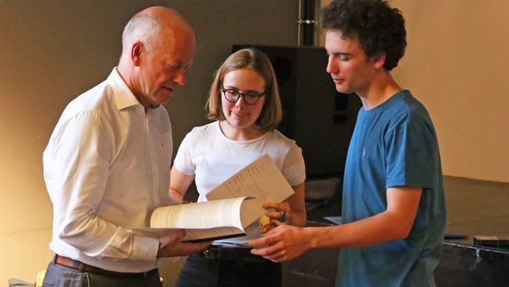 Lukas Lütolf und Aline Temperli von der Klimabewegung Olten übergaben Stadtpräsident Martin Wey 37 Vorschläge für eine klimafreundliche Stadt.