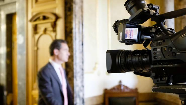 Manche Journalisten müssen draussen bleiben: Kamera in der Wandelhalle vor dem Nationalratssaal.