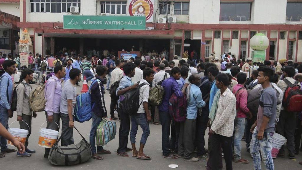 Indische Gastarbeiter in der Region machen sich nach dem umstrittenen Entscheid der indischen Regierung vom Bahnhof in Jammu aus auf den Weg nach Hause. (Archivbild)