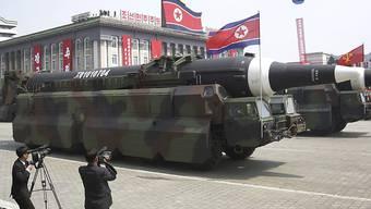 Möglicherweise mit Atomsprenköpfen bestückbare Raketen an einer Parade im September in Pyöngyang: Die Schweiz steht beim Nuklearwaffenverbot abseits. (Archivbild)