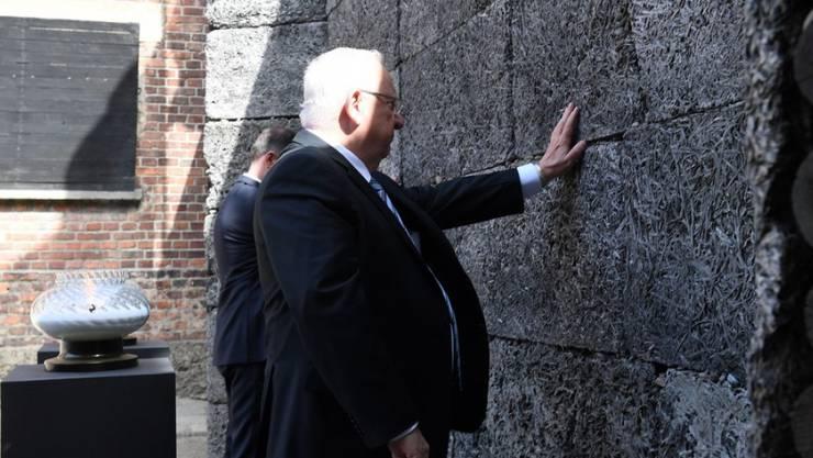 Der israelische Präsident Reuven Rivlin (r), hier am 12. April 2018 im ehemaligen KZ Auschwitz, leiht seine Stimme für eine Woche einer Navi-App, um israelische Autofahrer durch den Verkehr zu weisen. (Archiv)