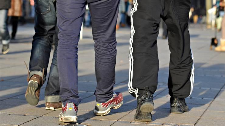 Bauchfrei oder in Jogginghose zur Schule - Kleidervorschriften sind umstritten.