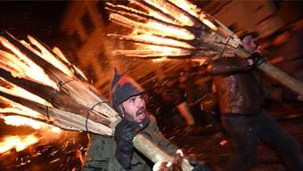 Chienbäse-Träger bringen den Feuerzauber in die Liestaler Altstadt.