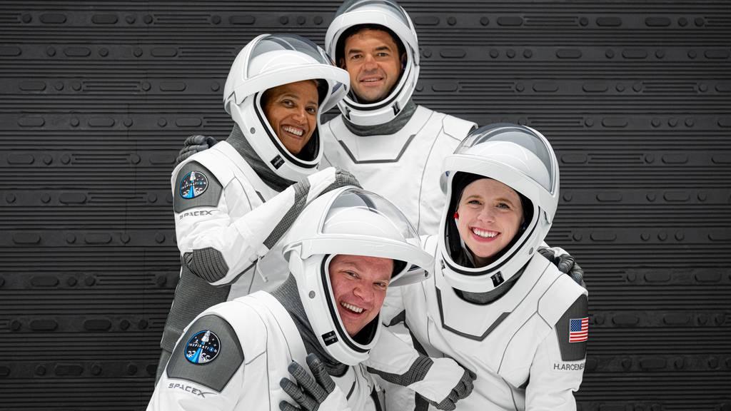 Erstmals vier Touristen alleine ins Weltall geflogen