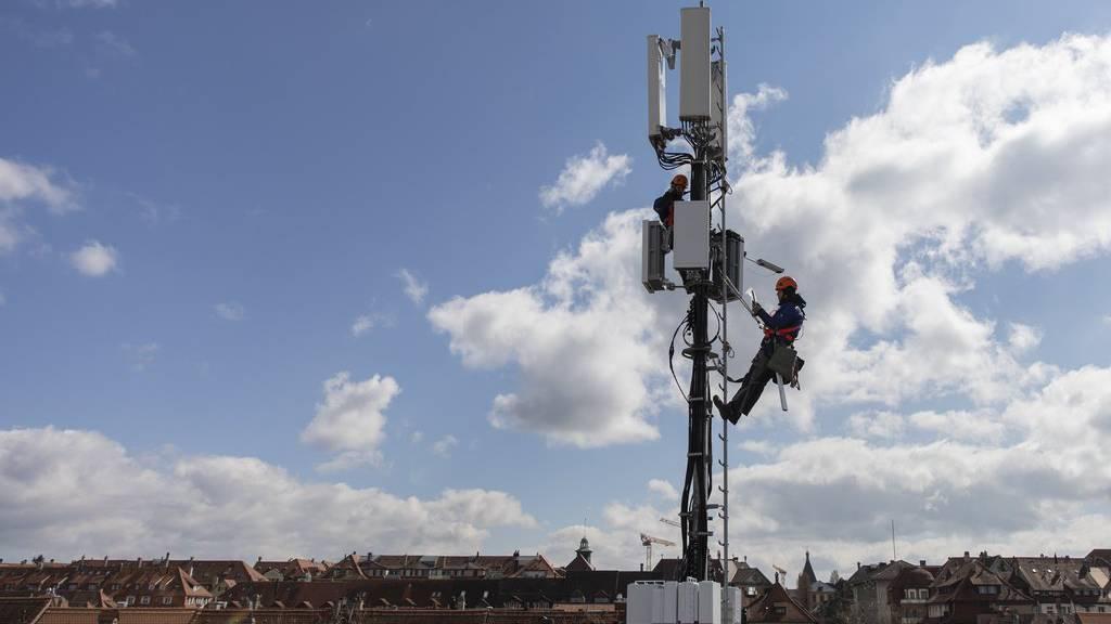 Techniker rüsten die Antennen auf.