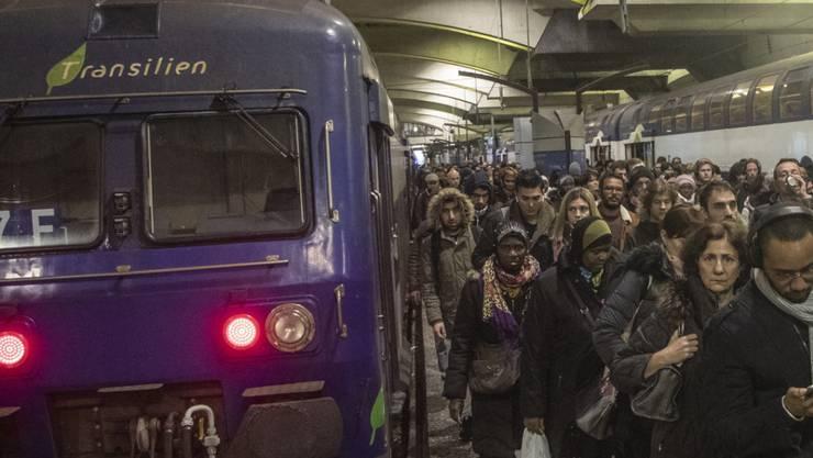Reisende am Donnerstag - am 29. Streiktag des Verkehrspersonals - im Pariser Bahnhof Montparnasse.