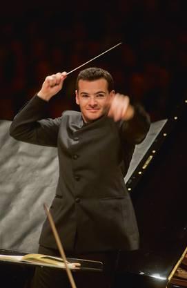 Lionel Bringuier wird den ersten und vierten Satz dirigieren..