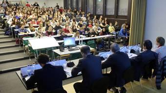 Die Aula des BBZ Olten war gut besucht und gegen Ende des Podiums hatte plötzlich fast jeder eine Frage an die Referenten. HR. Aeschbacher